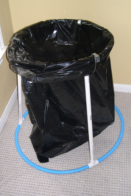 [2009-03-25] Easy trash bag holder replaces bulky cans